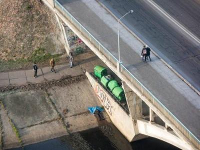 У Києві просто на мосту знайшли повішеного чоловіка
