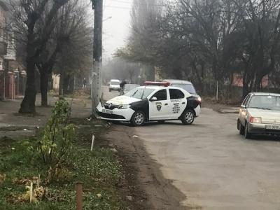 У Чернівцях машина служби охорони в'їхала у стовп (ФОТО)