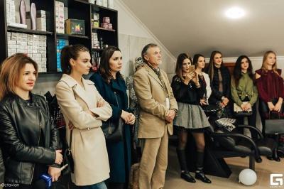 Збирав на айфон, а відкрив салон. Школяр з Буковини відкрив власну студію краси(ФОТО)