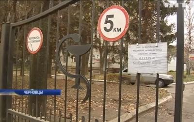 «Каждая копейка на вес золота»: в Черновцах больница ввела плату за парковку автомобилей пациентов (ВИДЕО)