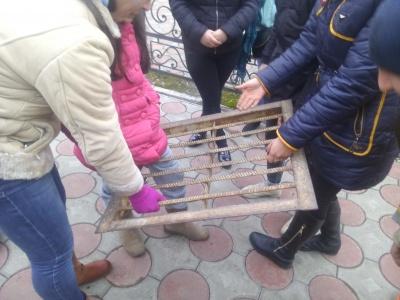 Дитина у Чернівцях застрягла ногою у решітці каналізаційного люка (ФОТО)