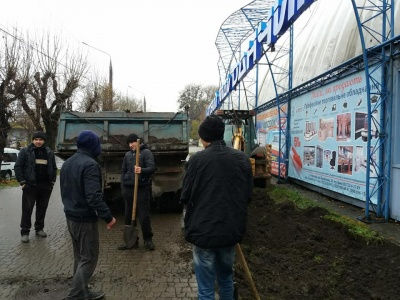 У Чернівцях біля «Льодового майданчика» знищили зелений газон: інспекція благоустрою склала протокол