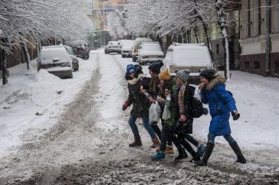 Мер Чернівців повідомив, які вулиці прибиратимуть від снігу в першу чергу