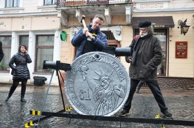У Чернівцях епатажний митець Анатоль Федірко відкрив пам'ятник невідомому корупціонеру