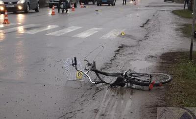 На Буковині «Опель» збив на смерть велосипедиста: ЗМІ оприлюднили відео з моменту трагедії