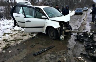 На Буковині дві автівки перетворились у брухт, зіткнувшись лоб у лоб: двох осіб госпіталізували