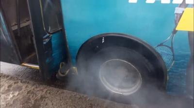 «Відчувався запах горілої резини»: у Чернівцях під час руху задимілося колесо маршрутки (ВІДЕО)
