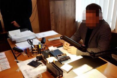 Посадовець ДМС брав хабарі за прискорення оформлення закордонних паспортів