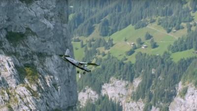 Застрибнути в літак на ходу: французькі екстремали здійснили неперевершений трюк