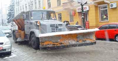 За добу в Чернівцях висипали на дороги 73 тонни солі