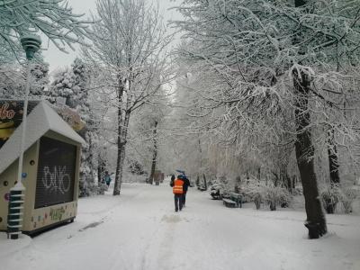 Вузькі вулиці у Чернівцях від снігу не зможуть прибрати