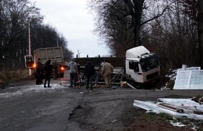 У Сторожинці на Буковині вантажівка виїхала на смугу зустрічного руху й опинилася в канаві