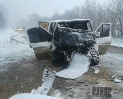 На автодорозі Житомир-Чернівці рятувальники деблокували трьох людей, які потрапили в ДТП