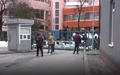 Телеканал NewsOne заявив про блокування будівлі телеканалу невідомими у військовій формі