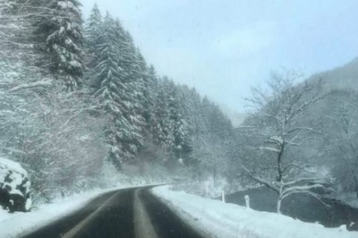 Через снігопади на заході України почали обмежувати рух вантажівок