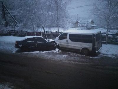 У Чернівецькій області через нерозчищену дорогу зіткнулись два легковики