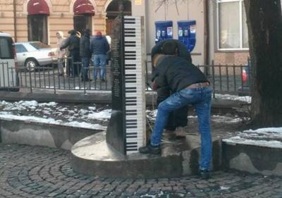 У Чернівцях почали ремонтувати музичний пам'ятник композитору Лісту