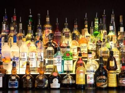Більше половини українців регулярно вживають алкоголь