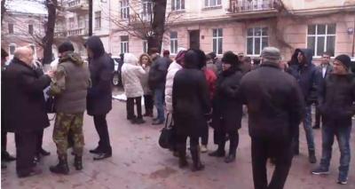 У Чернівцях кілька десятків активістів вийшли на пікет до ОДА на підтримку Саакашвілі