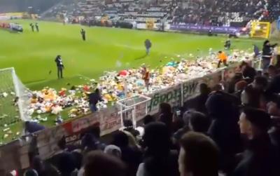 Фанати бельгійського клубу закидали поле іграшками для подарунків дітям з інвалідністю на Різдво
