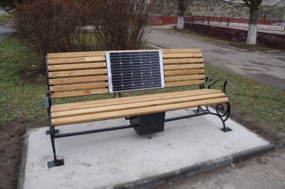 """У містечку на Буковині встановили """"сонячну"""" лавку з модулем для зарядки гаджетів"""