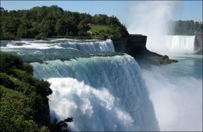 Этот день в истории: открытие Ниагарского водопада и книга, которую сдали в библиотеку через 145 лет