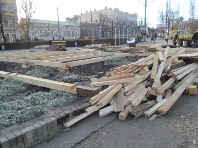 Черновцы готовятся к праздникам: составляют домик Святого Николая и горку для катания