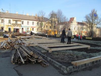 Чернівці готуються до свят: складають будиночок Святого Миколая та гірку для катання