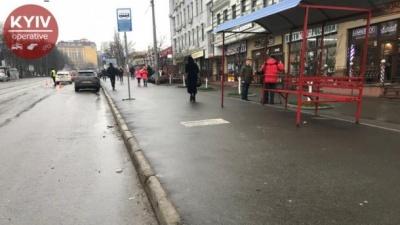 Авто вилетіло на зупинку громадського транспорту у Києві
