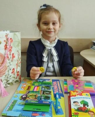 Першокласниця з Чернівців за гроші, які отримала на день народження, придбала подарунки для дітей зі Сходу