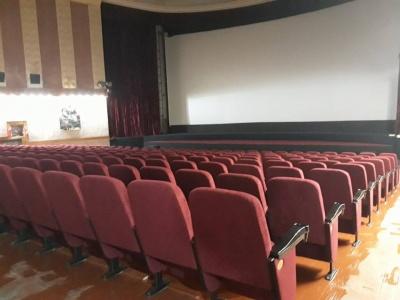 """Поміняли сидіння та злагодили підлогу: у кінопалаці """"Чернівці"""" ремонтують великий зал (ФОТО)"""