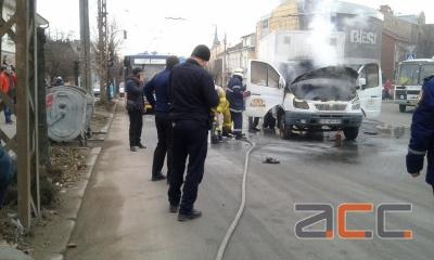 У Чернівцях на ходу загорілося авто з газовою установкою