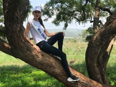 Чернівецька модель Ліна Ільніцька на сафарі погладила гепарда і погодувала жирафу