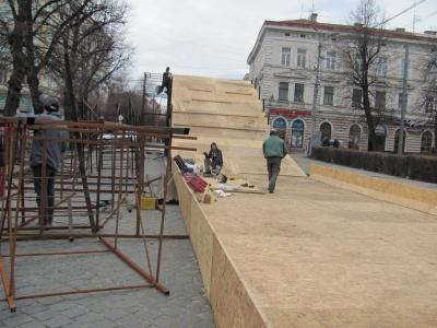 На Соборной площади Черновцов будут трасса для сноутюбив и золотистая елка (ФОТО)