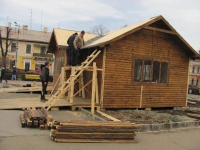 На Соборній площі Чернівців будуть траса для сноутюбів і золотиста ялинка (ФОТО)