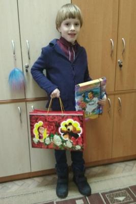 «Для них цукерки будуть солодшими»: 6-річний чернівчанин купує солодощі для дітей зі Сходу