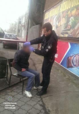 У Чернівцях поліцейські допомогли чоловікові, який знепритомнів і лежав на тротуарі