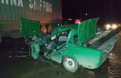 У Чернівецькій області «ВАЗ» врізався у вантажівку: легковик перетворився у брухт, водія госпіталізували
