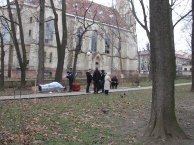 У Чернівцях у сквері знайшли труп чоловіка: помер від переохолодження