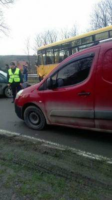 У Чернівецькій області легковий автомобіль протаранив шкільний автобус (ФОТО)
