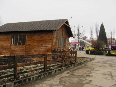 У центрі Чернівців триває будівництво новорічно-різдвяного містечка (ФОТО)