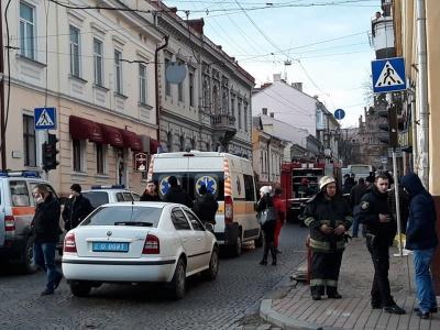 У центрі Чернівців правоохоронці шукають вибухівку у маршрутці: перекрита частина вулиці Університетської
