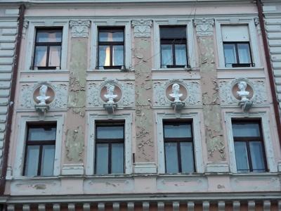 На фасаді будинку в центрі Чернівців відновили барельєфи античних богів (ФОТО)