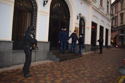 У центрі Чернівців поліцейські провели навчання із «затриманням» «грабіжників банку»