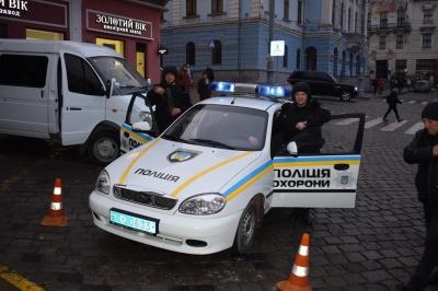 Поліцейські у Чернівцях захищали банк від грабіжників (ФОТО)