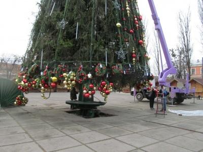 У Чернівцях на Соборній площі прикрашають ялинку (ФОТО)