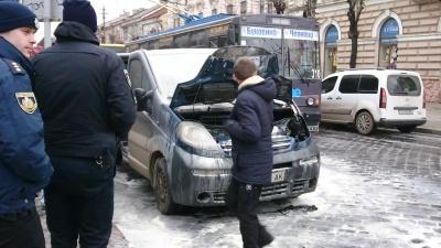 У центрі Чернівців під час руху загорівся мікроавтобус (ФОТО)