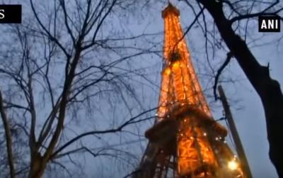 Ейфелева вежа засяяла святковими вогнями (ВІДЕО)