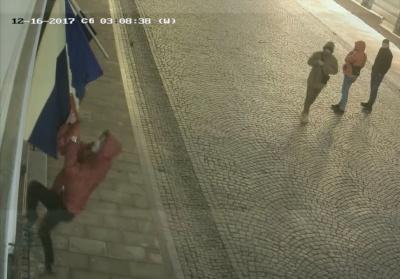 У Чернівцях група молодиків зірвала прапори Румунії та ЄС з фасаду румунського культурного центру (ВІДЕО)