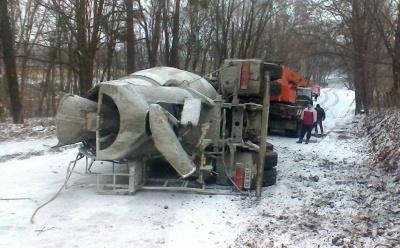 У Чернівцях на слизькій дорозі перекинувся бетонозмішувач (ФОТО)
